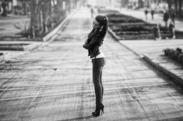 Karen Abramyan, foto, profesional, holka, ulice, stopy, černé a bílé pozadí