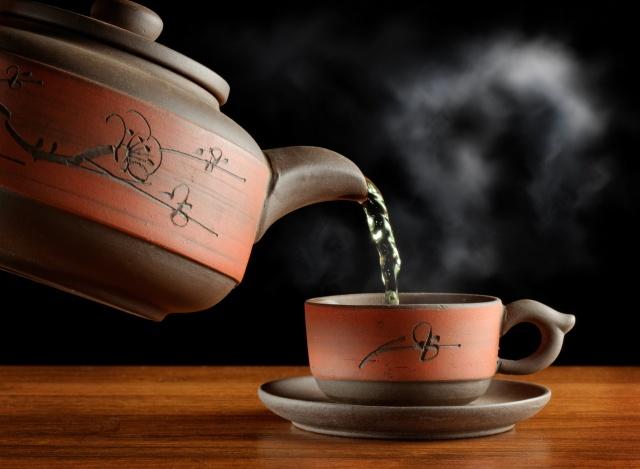 čaj, zelená, páry, šálek, kávovar, nádobí, stůl, černé pozadí