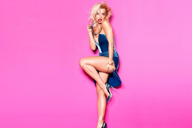 Rita Ora, blond, zpěvačka, brýle, růžové pozadí