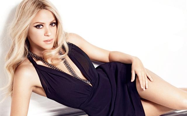 Shakira, Shakira, zpěvačka, blond, dlouhé vlasy, pohled, kadeře, černé šaty, nohy