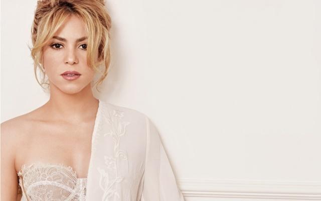 Shakira, Шакира, певица, блондинка, плечо, нижнее белье, шея, макияж, локоны