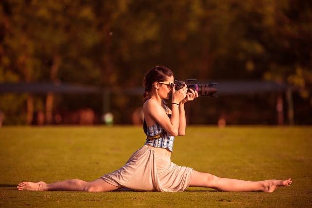 девушка, фотограф, очки, фотокамера, шпагат