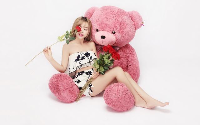 девушка, плюшевый медведь, алые розы