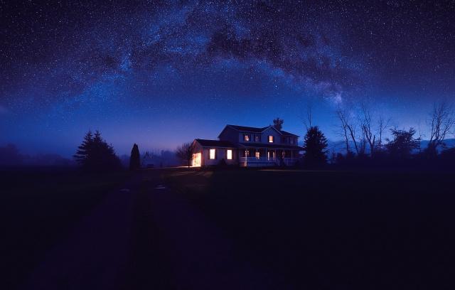 ночь, звездное небо, деревья, дорога, одинокий дом, маяк в ночи...