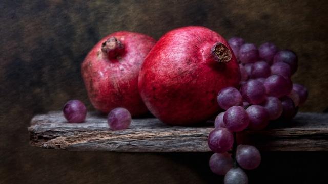 гранаты, виноград, натюрморт