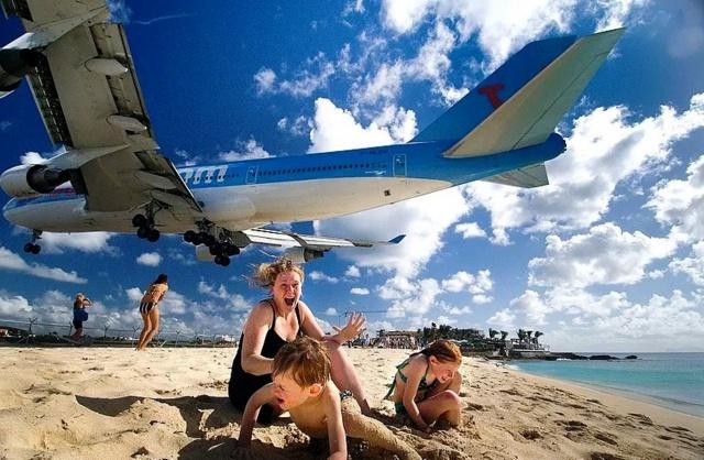 облака, самолет, испуганные пляжники, ты, что, гад делаешь