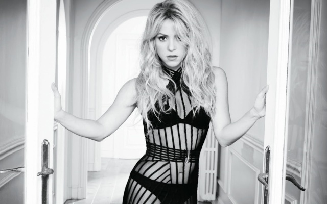 Shakira, Шакіра, співачка, блондинка, довге волосся, погляд, чорно-біле, чорне плаття, нижня білизна