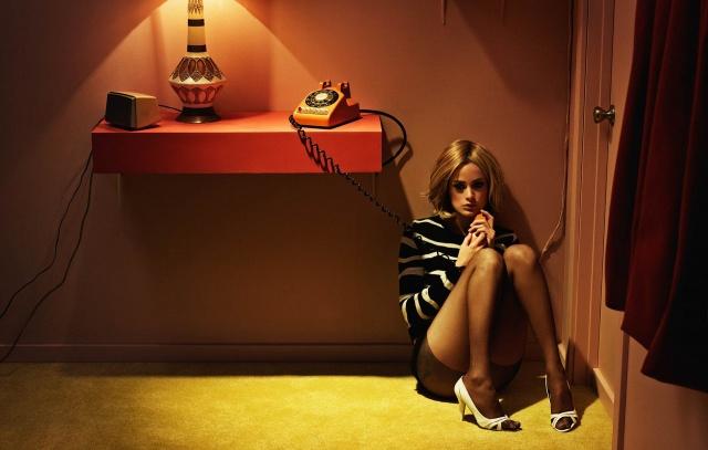 блондинка, сидить на підлозі, телефон, лампа, задумлива
