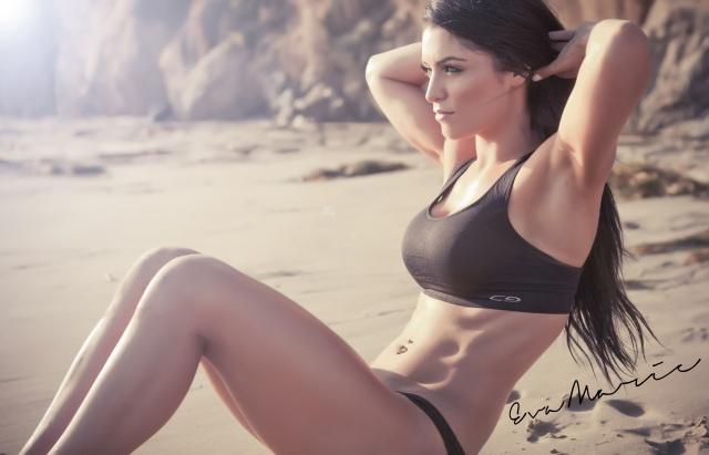 Єва Марі, брюнетка, спорт, фото, пляж, пісок, скелі, каміння, пірсинг
