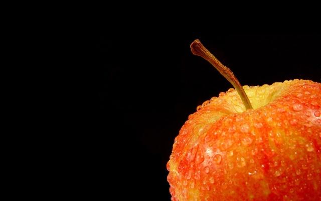 яблоко, капли, чёрный фон