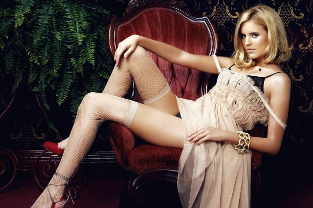 Мэгги Грейс, Мэгги Грэйс, актриса, девушка, блондинка, ноги, чулки, платье, кресло