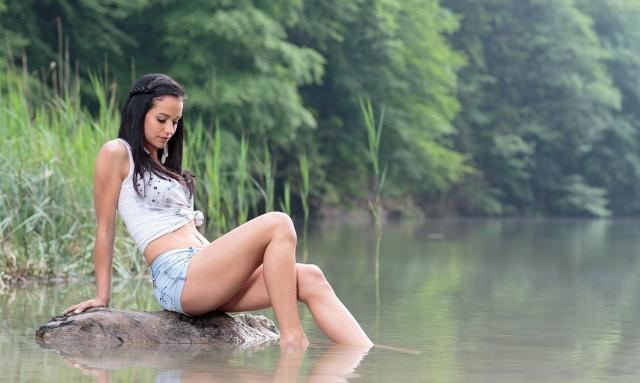 holka, bruneta, příroda, rybaření, řeka, ráno, kámen, nožičky, krásně