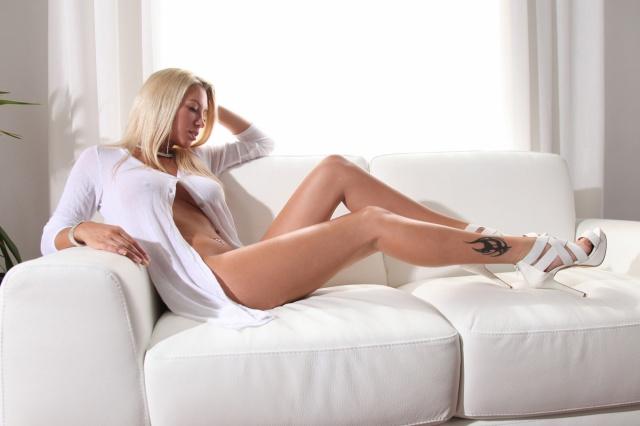 Джанин Пиявка, блондинка, лежа на диване, Legs, татуировки, рубашка, белый, блондинка, лежит на диване