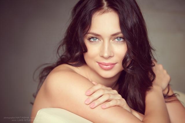 настя самбурська, актриса, модель, фото, позує, брюнетка, посмішка, погляд