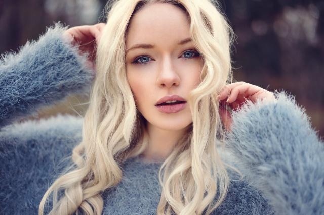 holka, blond, pohled