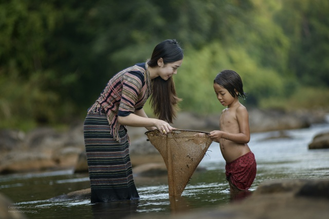 Thailand, the river, woman, mom, girl, daughter, fish