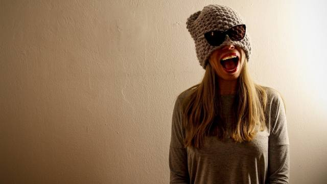 очки, шапка, улыбка, модель, позирует, рот