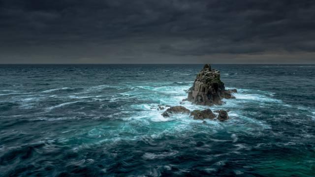skály, moře, bouře, mraky