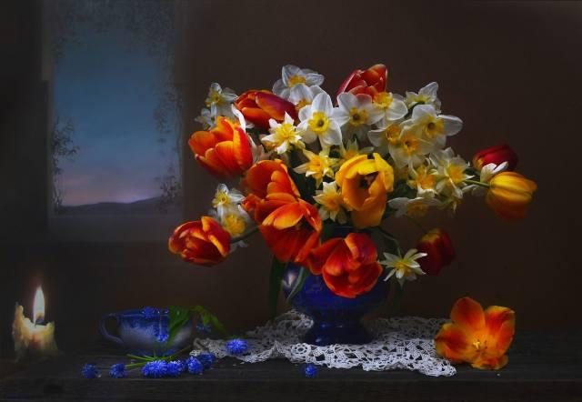 Валентина Колова, desky, ubrousek, váza, květiny, tulipány, narcisy, мускари, pohár