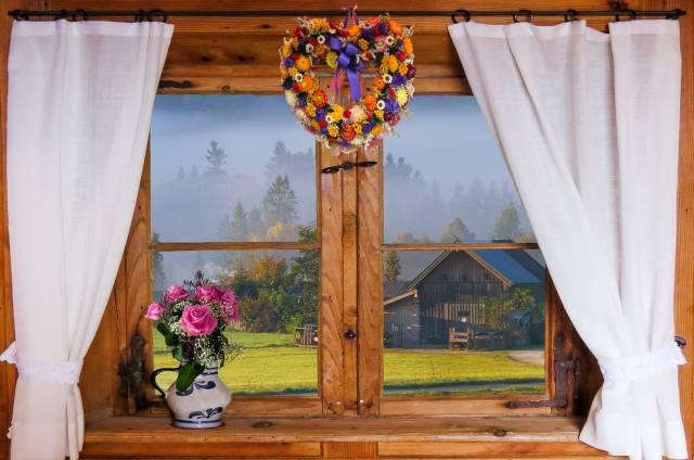 okno, závěsy, džbán, květiny, kytice, růže, věnec, vesnice