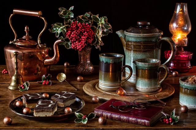 zátiší, керосиновая лампа, kávovar, bobule, koláč, ořechy, váza, hrnek, brýle