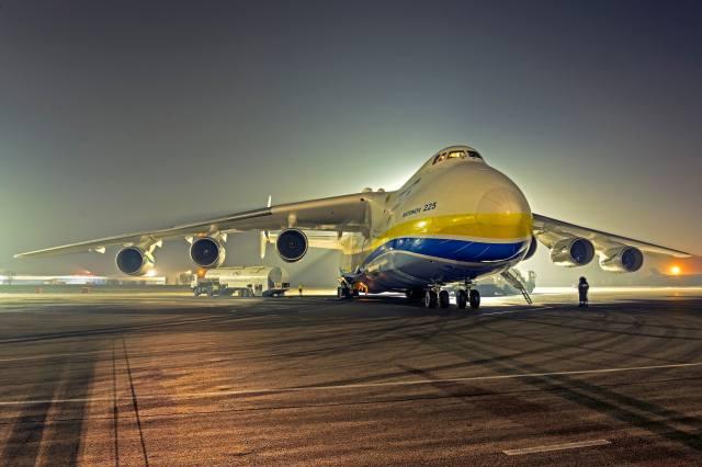 АН 225, літак, виробник, Украина, вага, 590 тонн, вантажопідйомність, 254 тонни, швидкість 762 км