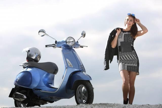 скутер, дівчина, шолом