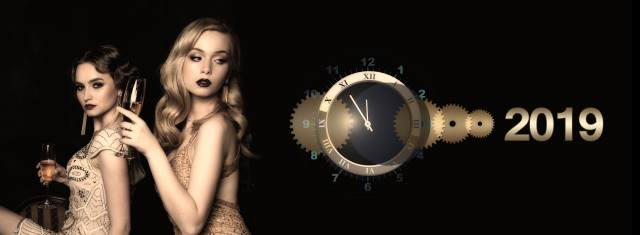 Девушки с бокалами с шампанским, циферблат часов на фоне, Новогодняя композиция, обои для рабочего стола