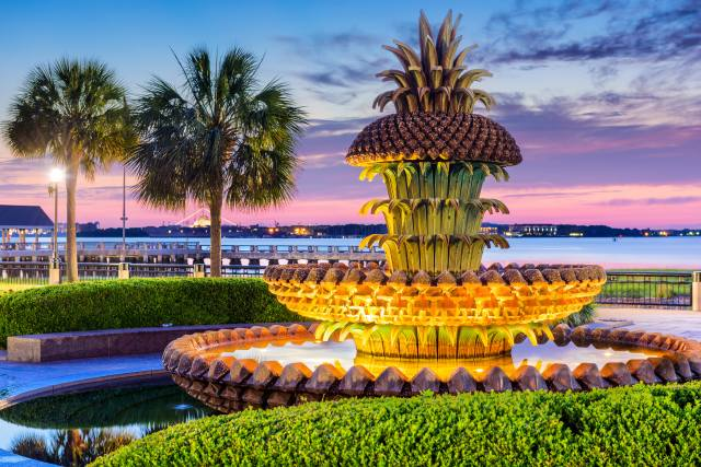 Фонтан, вечер, Charleston Pineapple Fountain, Дизайн, пальмы, город