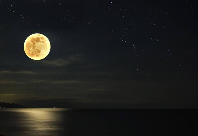 ніч, повний місяць, море