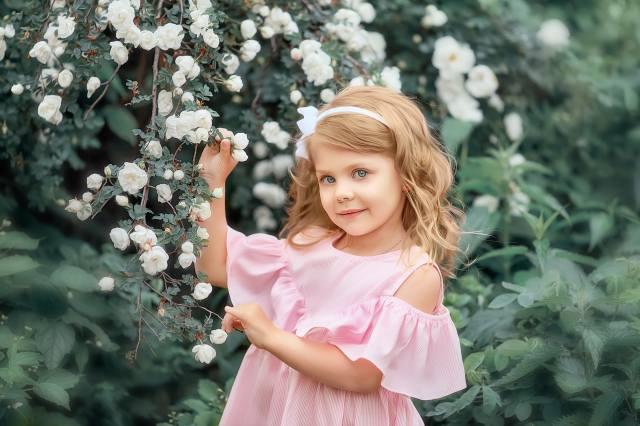 дитина, дівчинка, погляд, сукню, природа, літо, гілка, квіти