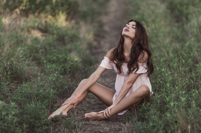 grass, hairstyle, greens, brown hair, dress, in nature, pose, bokeh, field