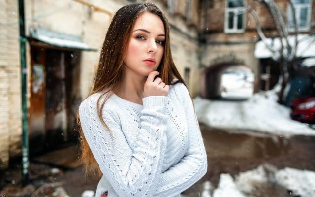 дівчина, погляд, двір, зима