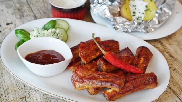 Свиные ребра, sauce, vegetables, potatoes, chili pepper