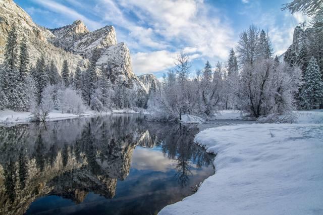 гори, річка, сніг