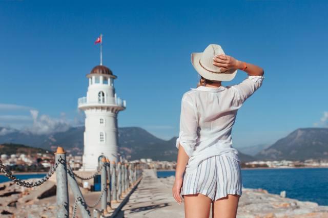 море, дівчина, краєвид, гори, поза, шорти, маяк, капелюх, огорожа
