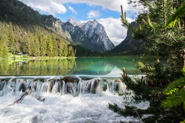 небо, гори, озеро, дерева, мини водопад