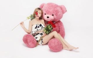 дівчина, плюшевий ведмідь, червоні троянди