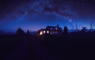 ніч, зоряне небо, дерева, дорога, самотній будинок, маяк в ночі...