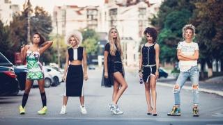 місто, вулиця, машини, дівчата