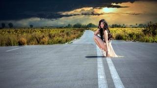 солнце, черная туча, поля, дорога, девушка
