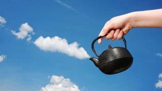 рука, чайник, небо, облака