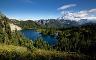 Озеро Юніс, хвойний ліс, гори, хмари