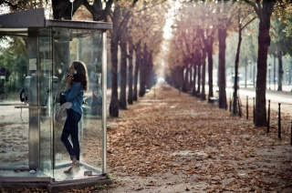 dívka v telefonní budce, stromy, Alej, усыпанная listy, podzim v paříži