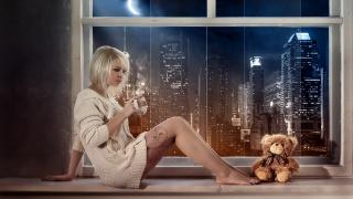 девушка, с кружкой, в кофте, сидит, на подоконнике, плюшевый, мишка, город