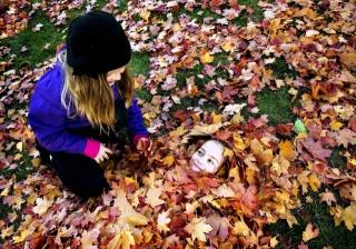 девочки, листья, озорницы, ку-ку, я здесь