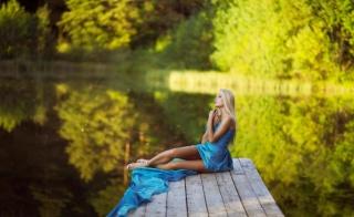 дівчина, блондинка, природа, кладка, місток, сидячи, позує, макро, фото, тема, річка, рибалка, погляд, ніжки, креатив