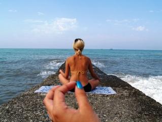 фотошоп, море, девушка, лифчик, гигантская рука, сделал гадость в сердце радость