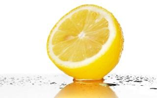 лимон, вода, белый фон