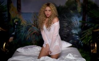 Shakira, Шакіра, співачка, блондинка, довге волосся, кучері, плече, ліжко, постіль, білизна, подушка, кліп, музика відео, CRTFY